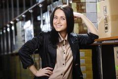 Jovem mulher que trabalha no armazém Foto de Stock