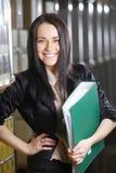 Jovem mulher que trabalha no armazém Fotos de Stock