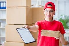A jovem mulher que trabalha no centro de distribuição do pacote foto de stock royalty free