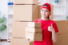 A jovem mulher que trabalha no centro de distribuição do pacote imagens de stock royalty free