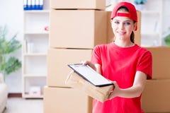 A jovem mulher que trabalha no centro de distribuição do pacote fotos de stock royalty free