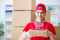 A jovem mulher que trabalha no centro de distribuição do pacote imagem de stock royalty free