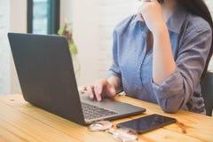 Jovem mulher que trabalha no portátil no café Conceito da mulher de funcionamento fotos de stock royalty free