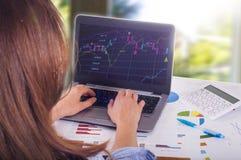Jovem mulher que trabalha no portátil, trocando Imagens de Stock Royalty Free
