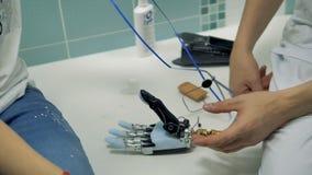 Jovem mulher que usa protético biônico ajustável pela primeira vez vídeos de arquivo