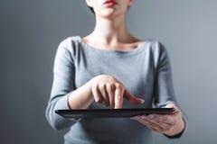 Jovem mulher que usa sua tabuleta imagem de stock royalty free