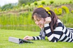 Jovem mulher que usa a tabuleta Imagens de Stock Royalty Free