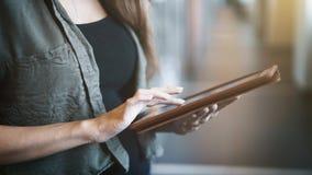 Jovem mulher que usa a tabuleta digital, fim acima Imagens de Stock