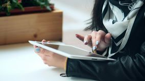 Jovem mulher que usa a tabuleta digital no café da rua vídeos de arquivo
