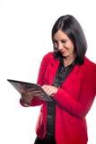 Jovem mulher que usa uma tabuleta Fotos de Stock