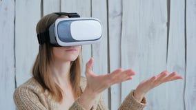Jovem mulher que usa vidros da realidade virtual Fotografia de Stock