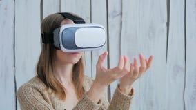 Jovem mulher que usa vidros da realidade virtual Foto de Stock
