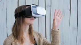 Jovem mulher que usa vidros da realidade virtual Fotografia de Stock Royalty Free