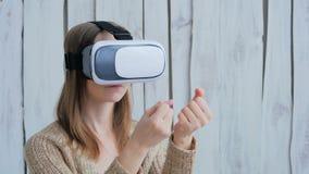 Jovem mulher que usa vidros da realidade virtual Imagens de Stock Royalty Free