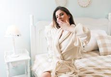 Jovem mulher que vai para a cama - sair da cama fotografia de stock royalty free