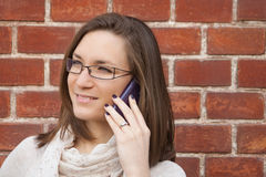 Jovem mulher que verifica a rua do telefone celular Imagem de Stock