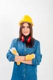 Jovem mulher que veste a engrenagem protetora completa foto de stock royalty free
