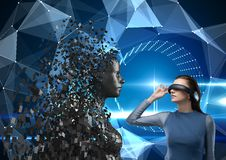 A jovem mulher que veste fones de ouvido de VR e que olha 3d dispersou a figura fêmea Fotos de Stock