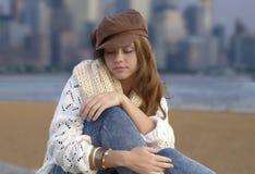 Jovem mulher que veste o kepi marrom fotos de stock