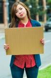 Jovem mulher que veste a roupa ocasional que está fora de sustentação o cartaz do cartão, protestando o conceito fotografia de stock royalty free