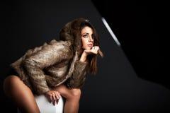 Jovem mulher que veste um casaco de pele foto de stock