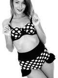 Jovem mulher que veste uma polca Dot Bikini do vintage fotos de stock