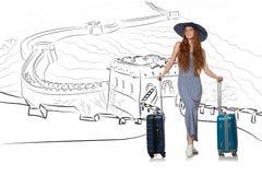 A jovem mulher que viaja à porcelana para ver o Grande Muralha Imagem de Stock Royalty Free
