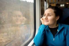 Jovem mulher que viaja por um trem fotografia de stock