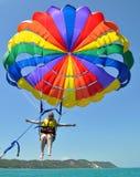 Jovem mulher que voa o parasailing alto Fotos de Stock