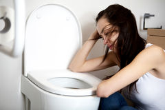 Jovem mulher que voimiting no banheiro Fotografia de Stock