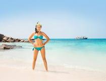 Jovem mulher quente e sedutor no biquini ciano com máscara do mergulho fotos de stock royalty free