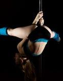 A jovem mulher quente na roupa interior 'sexy' executa a dança sensual do polo Dançarino Go-go Fotos de Stock