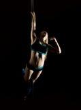 A jovem mulher quente na roupa interior 'sexy' executa a dança sensual do polo Dançarino Go-go Imagem de Stock