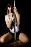 A jovem mulher quente na roupa interior 'sexy' executa a dança sensual do polo Ir-vai o descanso do dançarino Fotos de Stock Royalty Free