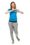 Jovem mulher romântica que faz um gesto do coração Foto de Stock