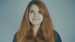 Jovem mulher ruivo que sorri no fundo do estúdio, conceito natural da beleza, emoções, estilo de vida video estoque