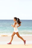 Jovem mulher running da aptidão no esporte movimentando-se da praia Imagens de Stock Royalty Free