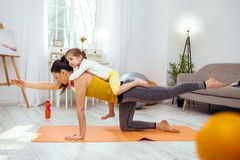 Jovem mulher séria que faz um exercício físico imagem de stock royalty free