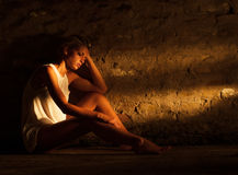 Jovem mulher só que senta-se na rua Imagem de Stock