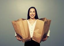 Jovem mulher satisfeita com sacos de papel Imagem de Stock