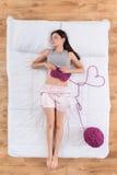 Jovem mulher satisfeito que dorme na cama Fotos de Stock