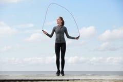 Jovem mulher saudável com corda de salto foto de stock royalty free