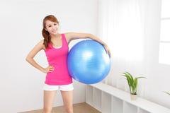 Jovem mulher saudável que faz a ioga em casa Foto de Stock
