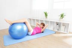 Jovem mulher saudável que faz a ioga em casa Imagens de Stock Royalty Free