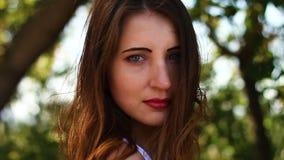 Jovem mulher sedutor em um dia ventoso video estoque
