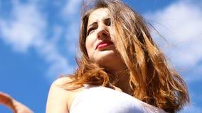 Jovem mulher sedutor em um dia ventoso vídeos de arquivo