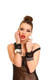 Jovem mulher sedutor que toca em sua face com as mãos isoladas em w Imagem de Stock