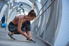 Jovem mulher segura e atlética que concentra-se antes do exercício Foto de Stock