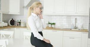 Jovem mulher segura que fala pelo telefone video estoque
