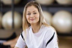 Jovem mulher segura que sorri no Gym foto de stock